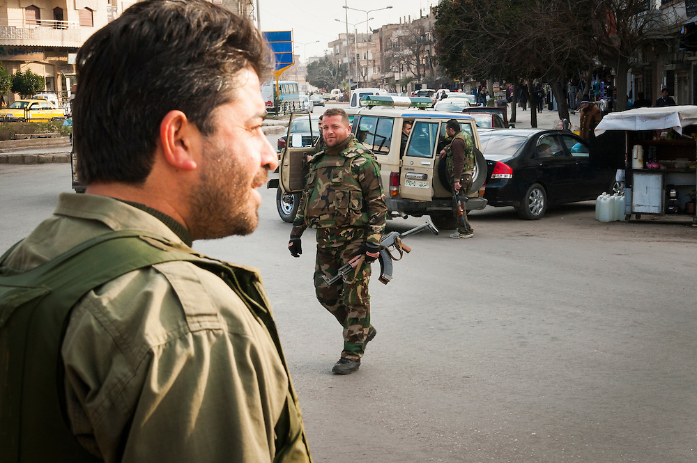 January 11, 2012, Homs, Syria. Syrian regimes militia's control traffic in the Hadara district in Homs during the civil war. <br /> <br /> 11 janvier, 2012, Homs, Syrie. Des milices syriens contr&ocirc;lent la circulation dans le quartier Hadara &agrave; Homs pendant la guerre civile.