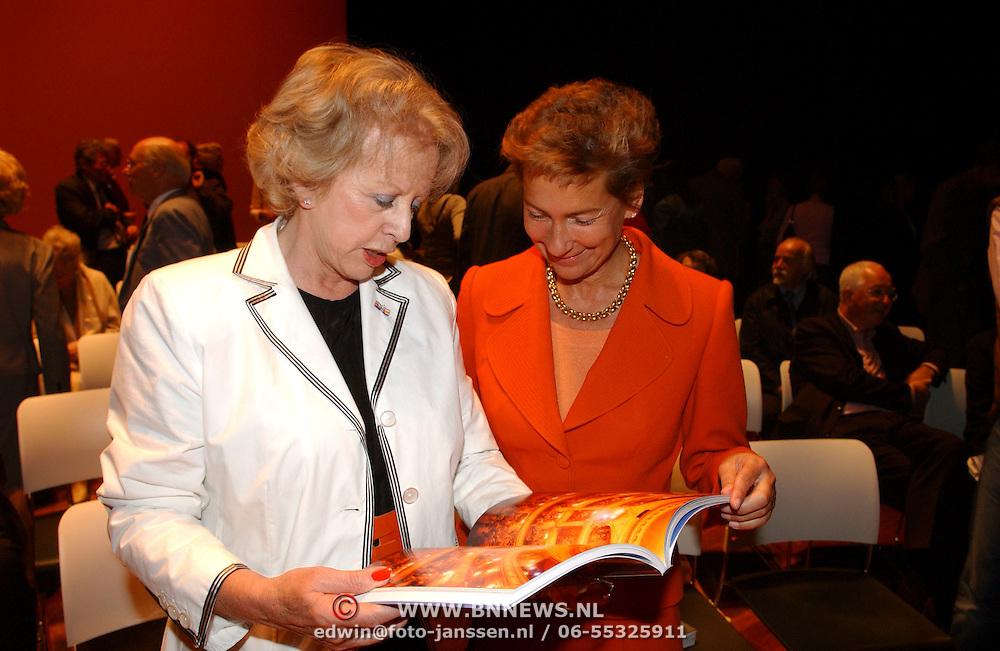 NLD/Amsterdam/20050530 - Presentatie boek over het leven van Mary Dresselhuys, Petra Laseur en Janine van den Ende - Klijberg