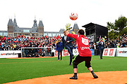 Koning Willem-Alexander heeft op het Museumplein in Amsterdam tegenover het Rijksmuseum het wereldkampioenschap voetbal voor dak- en thuislozen geopend. <br /> <br /> King Willem-Alexander on the Museumplein in Amsterdam, opposite the Rijksmuseum opened the World Cup for the homeless.<br /> <br /> Op de foto / On the photo:  Koning Willem Alexander neemt een penalty en opent daarmee het WK<br /> <br /> King Willem Alexander takes a penalty and opens the World Cup