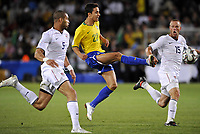 Fotball<br /> USA v Brasil<br /> Foto: DPPI/Digitalsport<br /> NORWAY ONLY<br /> <br /> FOOTBALL - CONFEDERATIONS NATIONS CUP 2009 - GROUP B - 1ST ROUND - USA v BRAZIL - 18/06/2009 <br /> <br /> NILMAR (BRA) / OGUCHI ONYEWU / JAY DEMERIT (USA)