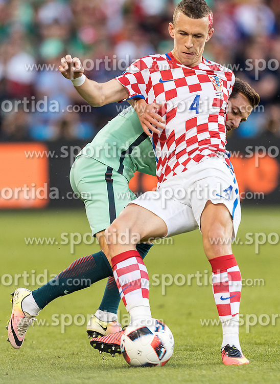 25.06.2016, Stade Bollaert Delelis, Lens, FRA, UEFA Euro 2016, Kroatien vs Portugal, Achtelfinale, im Bild Ivan Perisic (CRO), Cedric (POR) // Ivan Perisic (CRO), Cedric (POR) during round of 16 match between Croatia and Portugal of the UEFA EURO 2016 France at the Stade Bollaert Delelis in Lens, France on 2016/06/25. EXPA Pictures © 2016, PhotoCredit: EXPA/ JFK
