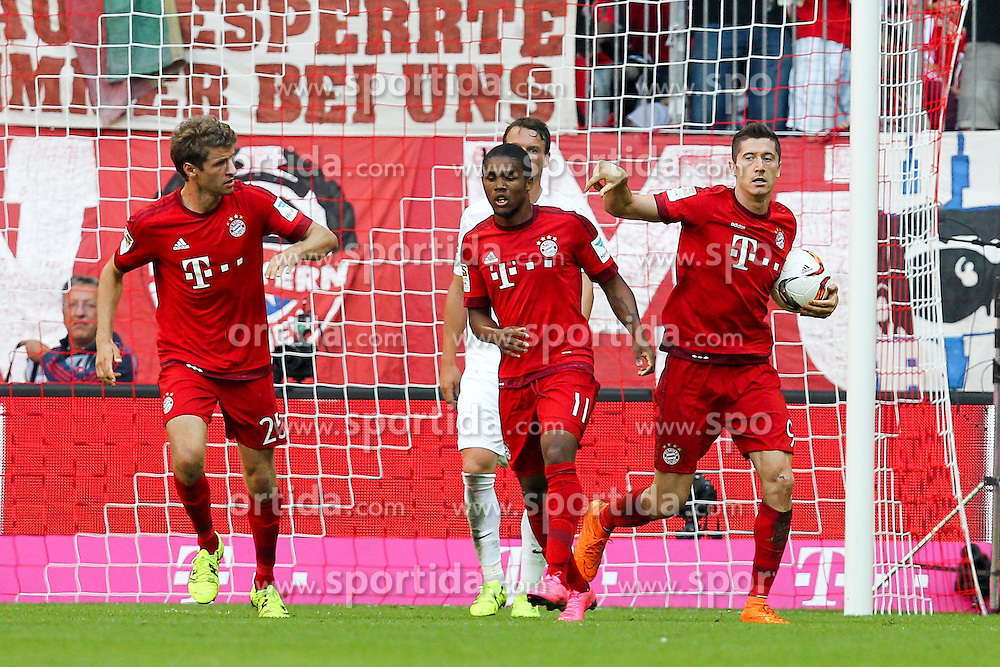 12.09.2015, Allianz Arena, Muenchen, GER, 1. FBL, FC Bayern Muenchen vs FC Augsburg, 4. Runde, im Bild l-r: Torjubel von Thomas Mueller #25 (FC Bayern Muenchen), Douglas Costa #11 (FC Bayern Muenchen), Robert Lewandowski #9 (FC Bayern Muenchen) // during the German Bundesliga 4th round match between FC Bayern Munich and FC Augsburg at the Allianz Arena in Muenchen, Germany on 2015/09/12. EXPA Pictures &copy; 2015, PhotoCredit: EXPA/ Eibner-Pressefoto/ Kolbert<br /> <br /> *****ATTENTION - OUT of GER*****