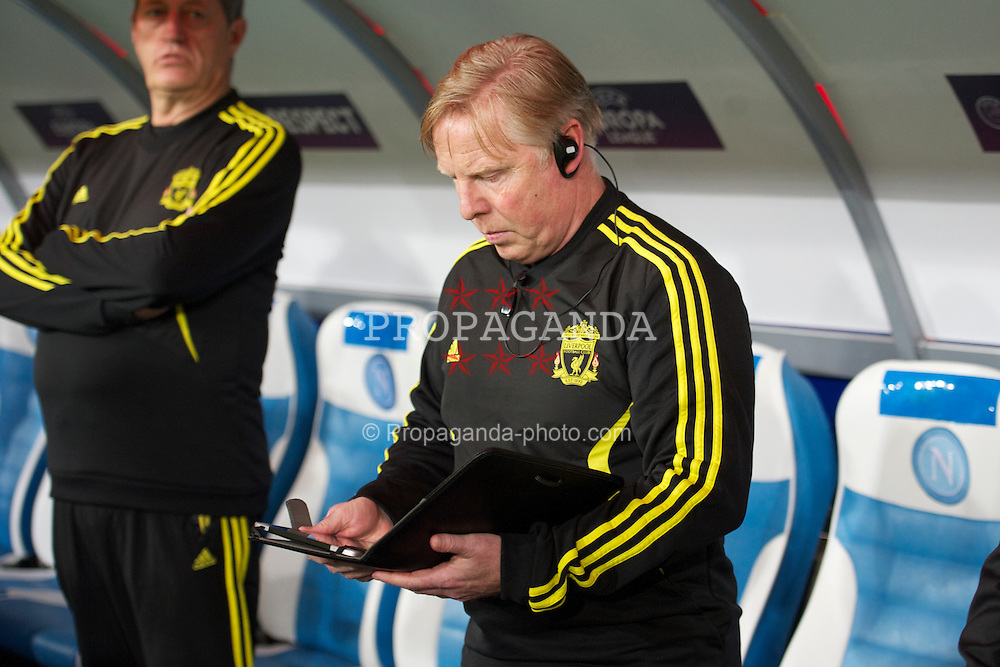 NAPELS, ITALY - Thursday, October 21, 2010: Liverpool's assistant manager Sammy Lee with an Apple iPad during the UEFA Europa League Group K match against SSC Napoli at the Stadio San Paolo. (Pic by: David Rawcliffe/Propaganda)