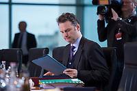 13 JAN 2016, BERLIN/GERMANY:<br /> Guenter Krings, CDU, Parl. Staatssekretaer im Bundesinnenministerium, liest in seinen Unterlagen, vor Beginn einer Kabinettsitzung, Budneskanzleramt<br /> IMAGE: 20160113-01-010<br /> KEYWORDS: Kabinett, Sitzung, G&uuml;nter Krings, lesen