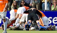BLOEMENDAAL - Vreugde bij Bloemendaal nadat Teun de Nooijer heeft gescoord, zaterdag tijdens de play-off wedstrijd Bloemendaal tegen Rotterdam in Bloemendaal. Bloemendaal wint door een 'golden goal' van Teun de Nooijer in de verlenging met 1-0 en plaatst zich voor de finale tegen Amsterdam.