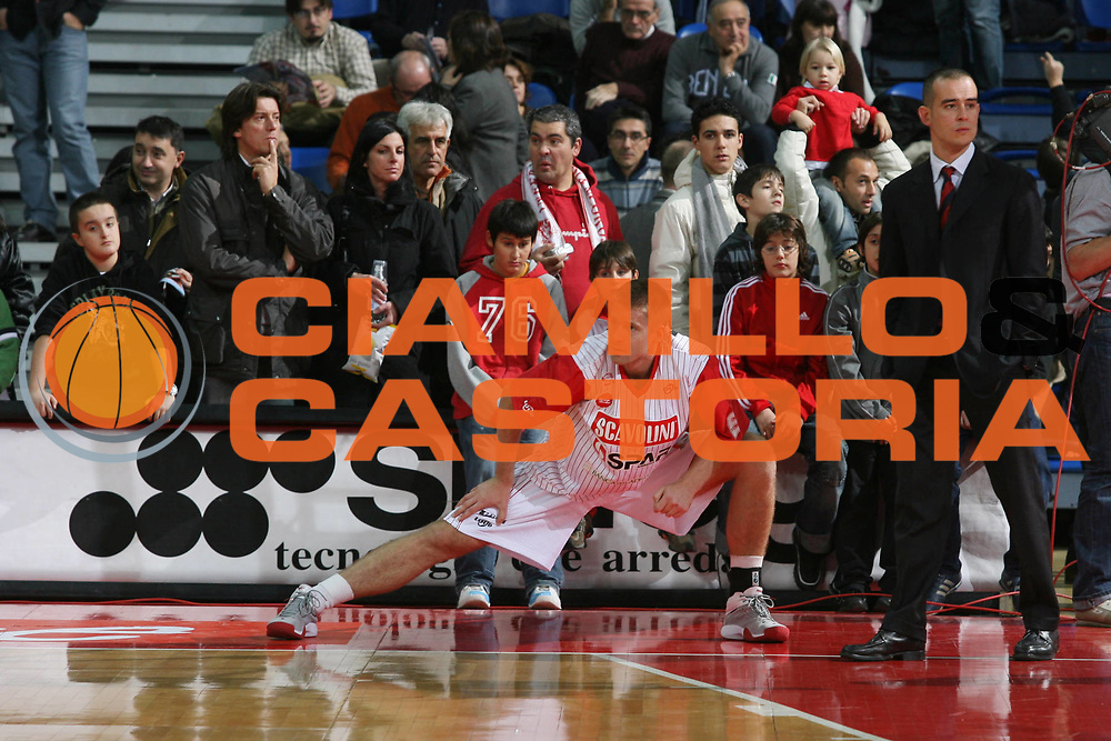 DESCRIZIONE : Pesaro Lega A1 2007-08 Scavolini Spar Pesaro Upim Fortitudo Bologna <br /> GIOCATORE : Mindaugas Zukauskas Tifosi <br /> SQUADRA : Scavolini Spar Pesaro <br /> EVENTO : Campionato Lega A1 2007-2008 <br /> GARA : Scavolini Spar Pesaro Upim Fortitudo Bologna <br /> DATA : 17/11/2007 <br /> CATEGORIA : Riscaldamento Before <br /> SPORT : Pallacanestro <br /> AUTORE : Agenzia Ciamillo-Castoria/G.Ciamillo