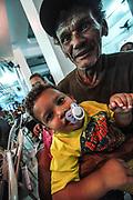 Crianças se divertem com Papai Noel e recebem doações de brinquedos vindas da casa dona Célia e os obreiros de Jesus, centro karecista localizado na zona norte carioca Tijuca. Foto : Humberto Ohana/Frame Photo