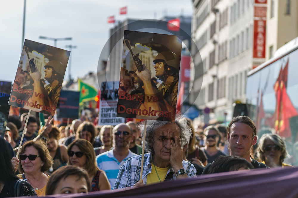 Ein Demonstrant streicht w&auml;hrend der Demonstration gegen den Milit&auml;rputsch und die AKP Regierung am 22.07.2016 in Berlin, Deutschland traurig &uuml;ber das Gesicht. Mehrere Hundert Menschen gingen auf die Stra&szlig;e um gegen die AKP-Regierung und die aktuelle Situation in der T&uuml;rkei zu demonstrieren. Foto: Markus Heine / heineimaging<br /> <br /> ------------------------------<br /> <br /> Ver&ouml;ffentlichung nur mit Fotografennennung, sowie gegen Honorar und Belegexemplar.<br /> <br /> Bankverbindung:<br /> IBAN: DE65660908000004437497<br /> BIC CODE: GENODE61BBB<br /> Badische Beamten Bank Karlsruhe<br /> <br /> USt-IdNr: DE291853306<br /> <br /> Please note:<br /> All rights reserved! Don't publish without copyright!<br /> <br /> Stand: 07.2016<br /> <br /> ------------------------------