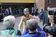 Koningin M&aacute;xima woonde het 7500ste door de Stichting Muziek in Huis georganiseerde concert bij, in woonzorgcentrum De Bolder.<br /> <br /> Queen M&aacute;xima attended the 7500ste organized by the Music Foundation House concert in nursing home De Bolder.<br /> <br /> op de foto / On the photo:  Koningin Maxima vertrekt / Queen Maxima leaves