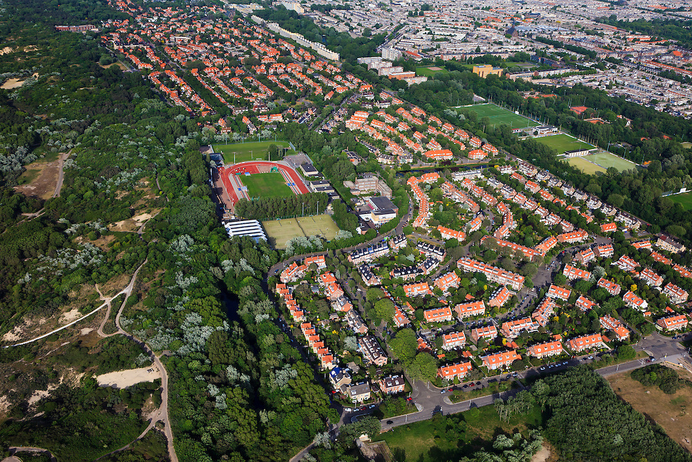 Nederland, Zuid-Holland, Den Haag, 23-05-2011; Westduinpark.Woonwijk aan de rand van duingebied. Te zien is de sintelbaan aan de Laan van Poot, de Sportlaan en de Vogelwijk. Residential area on the edge of the dunes in The Hague near the sea. luchtfoto (toeslag), aerial photo (additional fee required).copyright foto/photo Siebe Swart