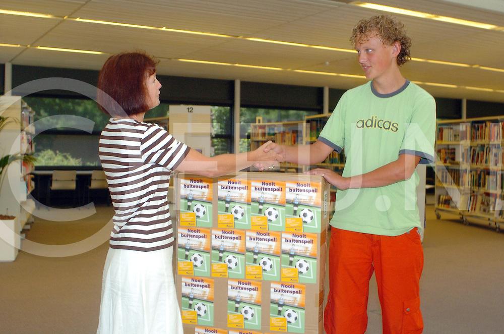 060718, dalfsen, ned,<br /> Kimko Drost (R) neemt zijn prijs in ontvangst van de WK dagquiz van de Overijsselse bibliotheken,<br /> fotografie frank uijlenbroek&copy;2006 michiel van de velde