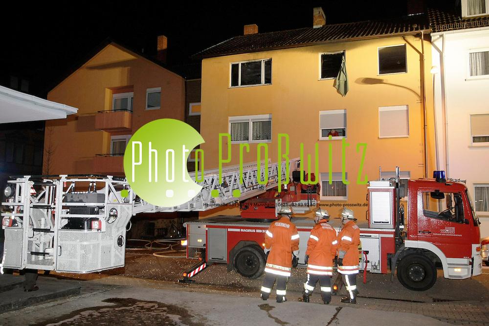 Mannheim. Zwei bewusstlose und verletzte Menschen hat die Feuerwehr in der Nachtzum Mittwoch 17.03.10 bei einem Brand in einem Mehrfamilienhaus in Mannheim gerettet. Wie die Polizei am Morgen berichtete, war das Feuer aus ungekl&auml;rter Ursache in der Wohnung der 34 Jahre alten Frau und des 35-j&auml;hrigen Mannes ausgebrochen. Beide wurden mit Rauchvergiftungen in eine Klinik gebracht, der Mann schwebe in Lebensgefahr. Weitere Bewohner wurden nicht verletzt. Den Schaden sch&auml;tzte die Polizei auf rund 100000 Euro.<br /> <br /> Bild: Markus Pro&szlig;witz / masterpress / images4.de