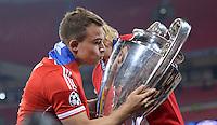 FUSSBALL  CHAMPIONS LEAGUE  SAISON 2012/2013  FINALE  Borussia Dortmund - FC Bayern Muenchen         25.05.2013 Champions League Sieger 2013 FC Bayern Muenchen: Xherdan Shaqiri (FC Bayern Muenchen) kuesst den Pokal