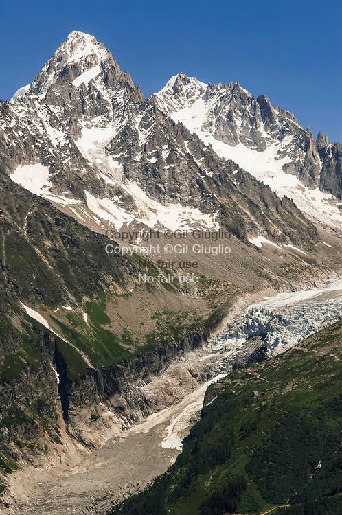 France, Auvergne Rhône-Alpes, Haute-Savoie (74) , Pays du Mont Blanc, Aiguille des Drus (3733m) et Glacier de la Mer de Glace vus depuis montagne de La Flégère // France, Auvergne Rhone-Alpes region, department of Haute-Savoie, Mont-Blanc area, Needle of the Drus (3733m) and glacier of Mer de Glace seen from mountain of Flegere