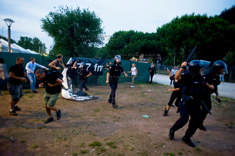 Roma 11 Luglio 2013<br /> Manifestazione di precari contro le politiche di austerità, per il reddito, casa e diritti.<br /> Tensioni e scontri tra la polizia e i manifestanti, davanti all'ingresso della Festa del Partito Democratico al parco  Shuster, Quartiere Ostiense<br /> Manifestation of temporary workers against austerity policies, for income, housing and rights.<br /> Tensions and clashes between police and protesters in front of the entrance of the Feast of the Democratic Party in the park Shuster, District Ostiense
