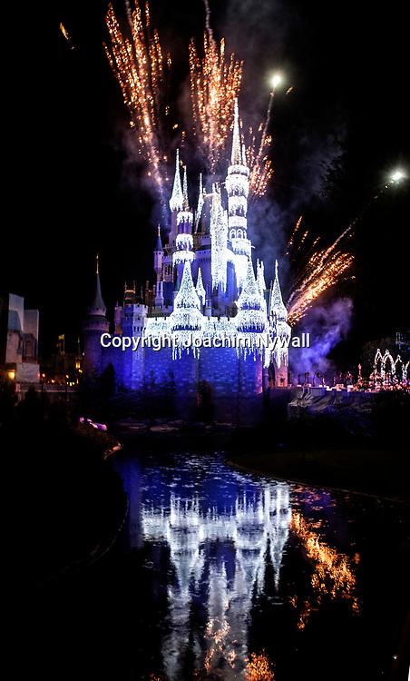 20151116 Orlando Florida USA <br /> Magic Kingdom Disneyworld<br /> Askungens slott fyrverkeri<br /> is &ouml;verdrag &ouml;ver slottet<br /> <br /> <br /> FOTO : JOACHIM NYWALL KOD 0708840825_1<br /> COPYRIGHT JOACHIM NYWALL<br /> <br /> ***BETALBILD***<br /> Redovisas till <br /> NYWALL MEDIA AB<br /> Strandgatan 30<br /> 461 31 Trollh&auml;ttan<br /> Prislista enl BLF , om inget annat avtalas.