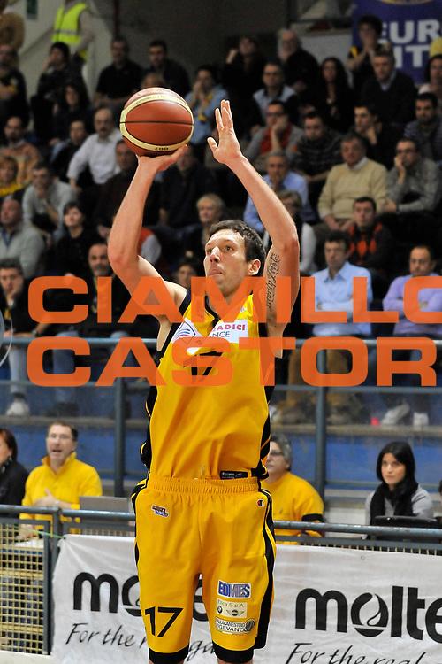 DESCRIZIONE : Novara Lega A2 2009-10 Campionato Miro Radici Fin. Vigevano - Riviera Solare Rimini<br /> GIOCATORE : Nicolò Squarcina<br /> SQUADRA : Miro Radici Fin. Vigevano<br /> EVENTO : Campionato Lega A2 2009-2010<br /> GARA : Miro Radici Fin. Vigevano Riviera Solare Rimini<br /> DATA : 13/12/2009<br /> CATEGORIA : Tre Punti<br /> SPORT : Pallacanestro <br /> AUTORE : Agenzia Ciamillo-Castoria/D.Pescosolido