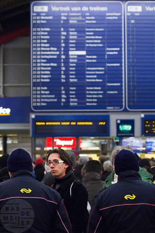 Reizigers zoeken naar informatie in de stationshal van Utrecht CS. Door de hevige sneeuwval is het treinverkeer ernstig ontregeld, ondanks de voorbereidingen van de NS en ProRail.<br /> <br /> Passengers are trying to find some information when their train will leave. Due to the snow the schedule of the Dutch railways is badly disordered, in spite of the precautions NS and ProRail took earlier this year.