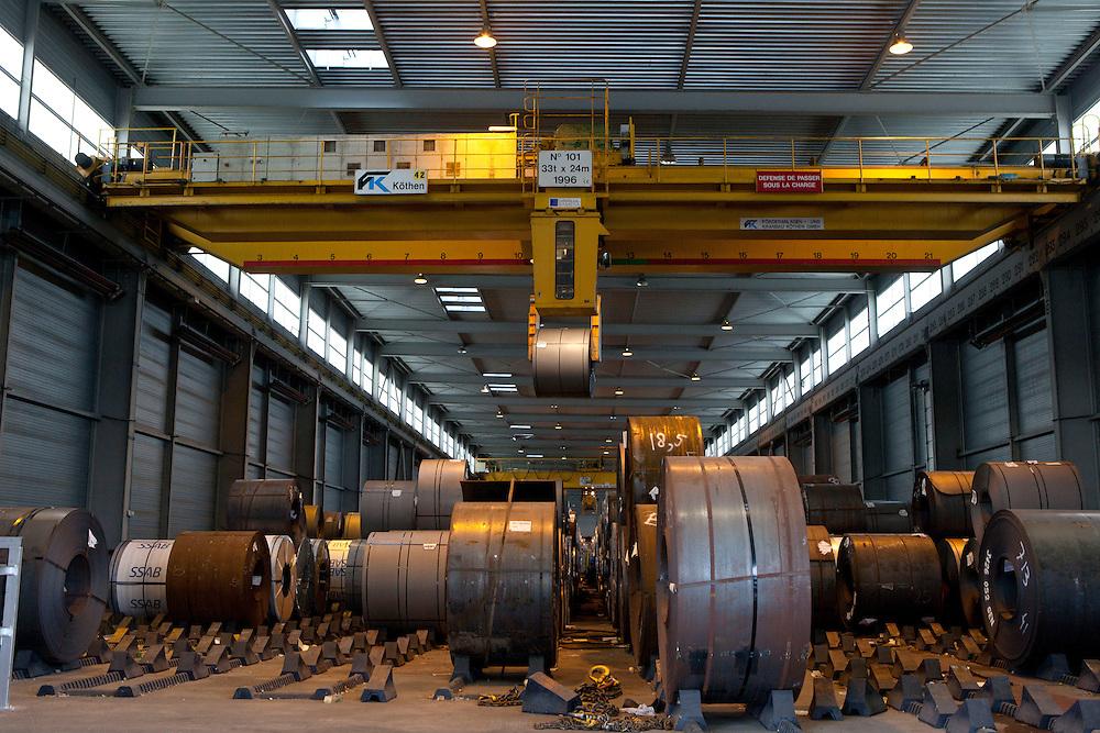 société bamesa port de bonneuil - déchargement des rouleaux d'acier livrés par péniche depuis leur site de production