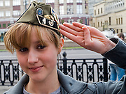 Junge Frau salutiert vor der größten Militärparade in Rußland seit Ende der Sowjetunion 1991 (9.Mai 2008). <br /> <br /> Young women saluting shortly before the Victory Day parade (took place the 9th of May 2008) which showcased military hardware for the first time since the Soviet collapse.