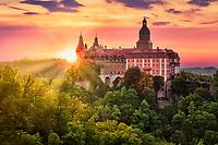 Schloss Fürstenstein in Waldenburg auf dem Fürstenberg in Niederschlesien bei Sonnenuntergang.