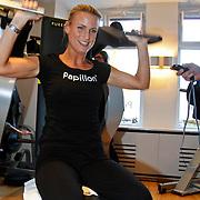 NLD/Amsterdam/20111128 - Opening Personal Gym van Carlos Lens, Jimmie Bruininx op een fitness apparaat