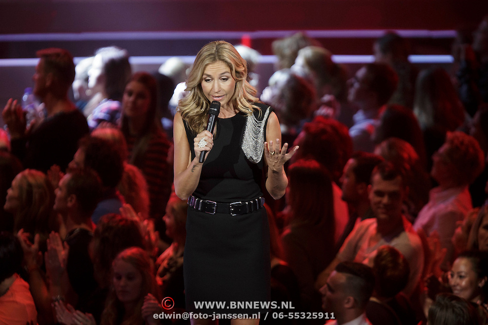 NLD/Hilversum/20141114 - The Voice of Holland 1e show, presentatrice Wendy van Dijk