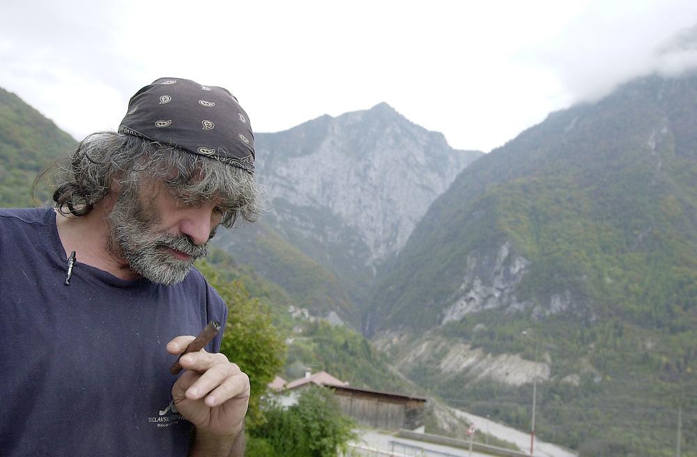 20 OCT 2004 - Erto (Pordenone) - Mauro Corona, scrittore, alpinista, scultore - © Alberto Bevilacqua :-: Italian writer, sculptor and climber Mauro Corona