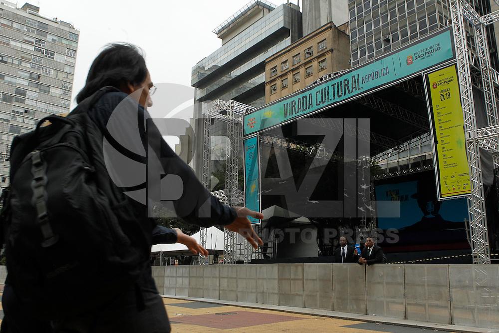SAO PAULO, SP 17 DE MAIO 2013 - Palco montado para a Virada Cultural, na Praça da República, no Centro de São Paulo. A Partir de amanhã irá acontecer grandes atrações como: Almir Guineto, Jorge Aragão, Fundo de Quintal. FOTO: PAULO FISCHER/BRAZIL PHOTO PRESS