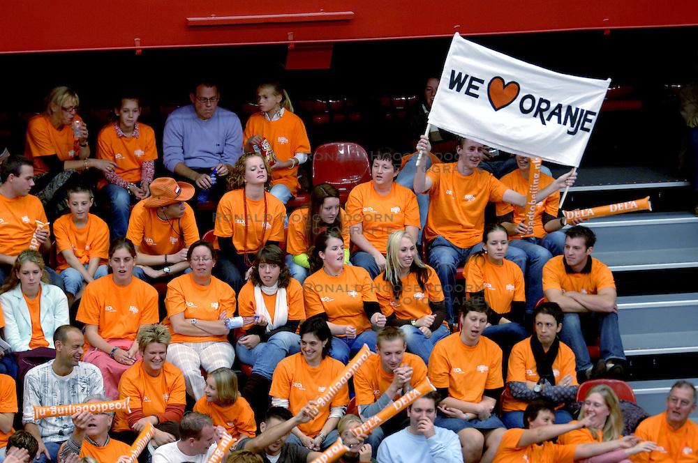 14-10-2006 VOLLEYBAL: DELA TROPHY: NEDERLAND - CUBA: DEN BOSCH<br /> De Nederlandse volleybalsters hebben ook de tweede wedstrijd in de testserie tegen Cuba, met als inzet de Dela Cup, gewonnen. In Den Bosch zegevierde Oranje zaterdagavond opnieuw met 3-2 / Oranje support, tribunes oranje gekleurd<br /> &copy;2006-WWW.FOTOHOOGENDOORN.NL
