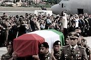 CIAMPINO. LA SALMA DI UNO DEI MILITARI CADUTI IN AFGHANISTAN COPERTA DAL TRICOLORE ITALIANO ALL'ARRIVO NELL'AEREPORTO DI CIAMPINO. SULLO SFONDO I PARENTI DELLE VITTIME