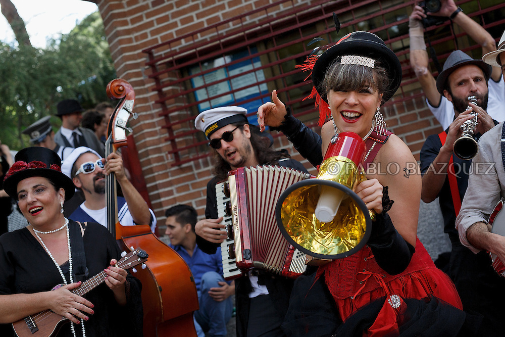 Revelers take part on the floating cabaret (cabaret flotante) at Casa de Campo's lake on June 14, 2015 in Madrid, Spain. (© Pablo Blazquez)