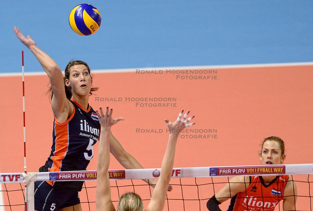 07-01-2016 TUR: European Olympic Qualification Tournament Nederland - Kroatie, Ankara<br /> Nederland verslaat Kroatië met 3-0 en gaat als groepswinnaar de halve finale in / Robin de Kruijf #5 en Debby Stam-Pilon #16 kijkt toe