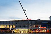 Documenta Kunstwerk Himmelsstürmer vor Kulturbahnhof Hauptbahnhof bei Dämmerung, Kassel, Hessen, Deutschland