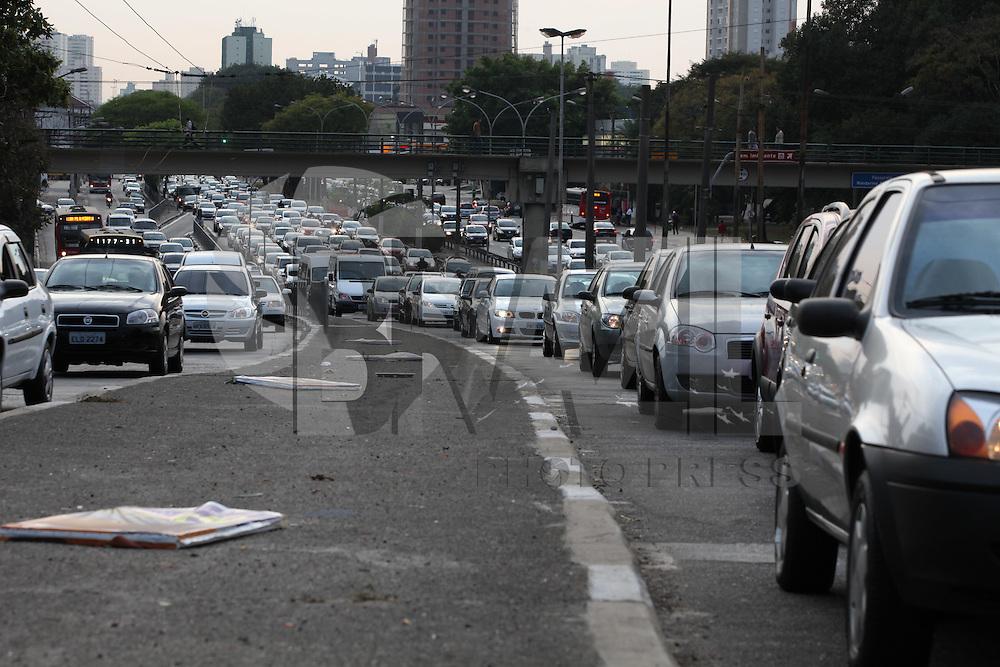 FOTO EMBARGADA PARA VEICULOS INTERNACIONAIS. SAO PAULO, SP, 11/09/2012, TRANSITO. A Av. Radial Leste tem transito carregado na manha dessa Terca feira (11). Luiz Guarnieri/ Brazil Photo Press