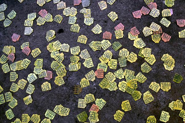 Nederland, Nijmegen, 28-10-2018Tientallen oormerken van geslachte koeien, runderen, liggen op de vloer van het gesloten slachthuis . Kunstenaar Marlieke Overmeer mocht een laatste ode aan de koe brengen op deze beladen plek voordat het gebouw tegen de vlakte gaat om plaats te maken voor woningen .Foto: Flip Franssen