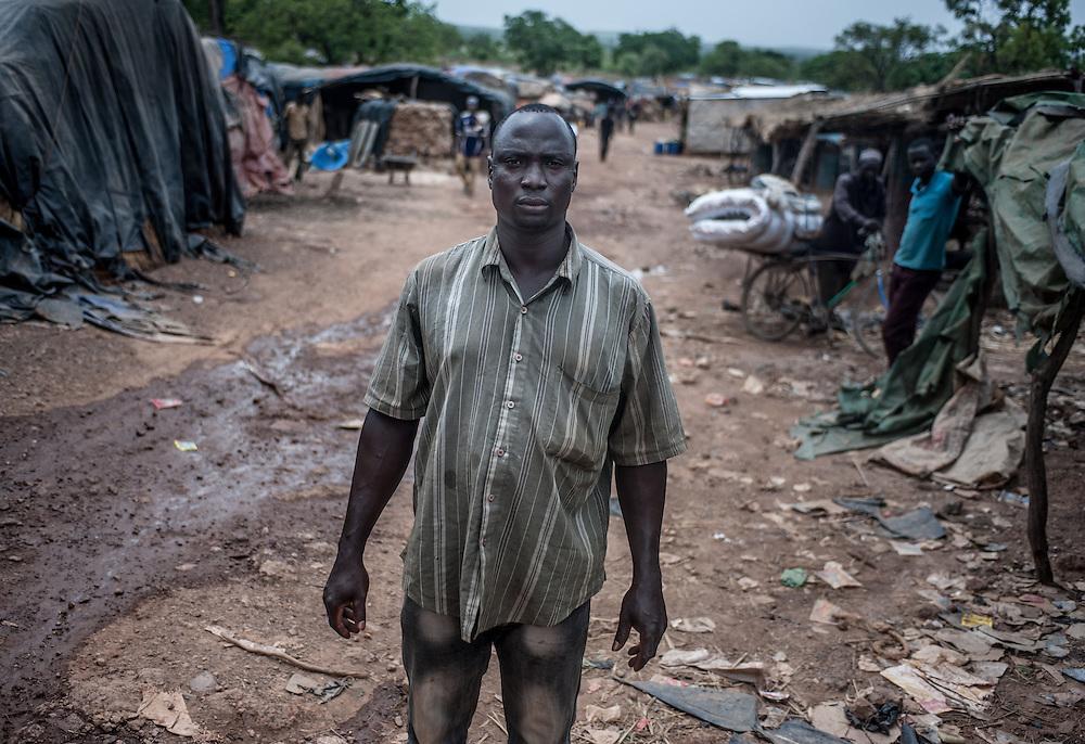 """Il cercatore d'oro Zida Isaka, originario della Costa d'Avorio, unico sopravvissuto dell'incidente causato delle forti piogge che ha causato 8 vittime a Kari in Burkina Faso l' 8 Maggio 2014. """"Non ho sentito l'allarme lanciato dai miei compagni"""" racconta guardando dritto davanti a sé. """"La galleria si è riempita in un istante di acqua e terra. Sono riuscito a raggiungere la superficie, i compagni che erano con me sono rimasti indietro e non ce l'hanno fatta. E sono rimasti sepolti."""""""