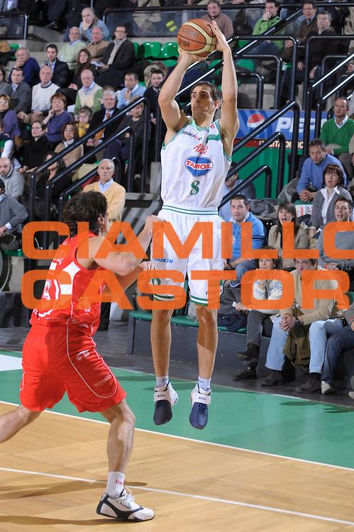 DESCRIZIONE : Treviso Lega A1 2008-09 Benetton Treviso Armani Jeans Milano<br /> GIOCATORE :  Domen Lorbek<br /> SQUADRA : Benetton Treviso<br /> EVENTO : Campionato Lega A1 2008-2009 <br /> GARA : Benetton Treviso Armani Jeans Milano <br /> DATA : 28/12/2008 <br /> CATEGORIA : Tiro<br /> SPORT : Pallacanestro <br /> AUTORE : Agenzia Ciamillo-Castoria/M.Gregolin<br /> Galleria : Lega Basket A1 2008-2009 <br /> Fotonotizia : Treviso Campionato Italiano Lega A1 2008-2009 Benetton Treviso Armani Jeans Milano <br /> Predefinita :