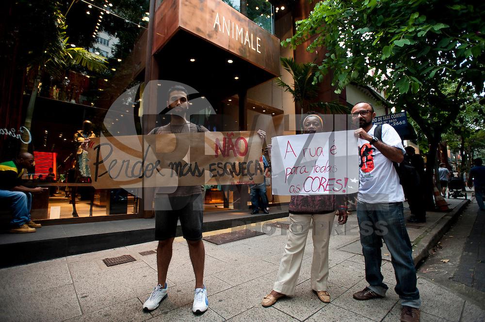 SAO PAULO, SP, 18.04.2015 - Um grupo de protestantes, faz um ato em frente a loja Animale da rua Oscar Freire, após incidente de racismo contra um menino no interior da loja. Na região dos Jardins, na tarde desse sábado 18. ( Foto: Gabriel Soares/ Brazil Photo Press)