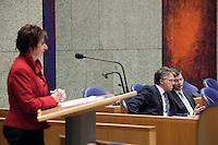 Nederland. Den Haag, 13 januari 2010.<br /> Balkenende en Bos overleggen in vak K, Mariette Hamer achter de interruptiemicrofoon. Het kabinet erkent dat met de kennis van nu een beter volkenrechtelijk mandaat nodig was geweest voor de inval in Irak. Dat schrijft premier Balkenende in een brief aan de Tweede Kamer. Daarmee werd gisteren een kabinetscrisis afgewend.<br /> Gisteren nam Balkenende nog afstand van de passage over het mandaat in het rapport van de commissie-Davids.<br /> Foto Martijn Beekman