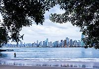Praia na Barra Norte e edifícios ao longo da Avenida Atlântica ao fundo. Balneário Camboriú, Santa Catarina, Brasil. / Beach at Barra Norte and buildings along Atlantica Avenue in the background. Balneario Camboriu, Santa Catarina, Brazil.