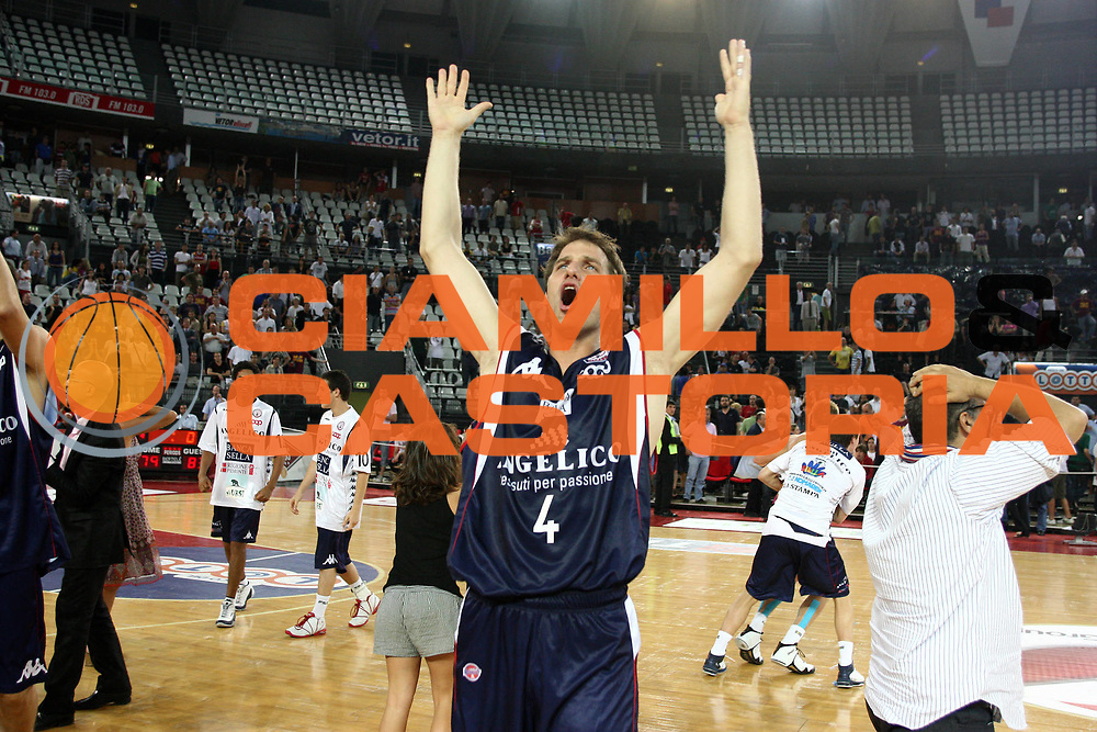 DESCRIZIONE : Roma Lega A 2008-09 Playoff Quarti di finale Gara 5 Lottomatica Virtus Roma Angelico Biella<br /> GIOCATORE : Goran Jurak<br /> SQUADRA : Angelico Biella <br /> EVENTO : Campionato Lega A 2008-2009 <br /> GARA : Lottomatica Virtus Roma Angelico Biella<br /> DATA : 26/05/2009<br /> CATEGORIA : esultanza<br /> SPORT : Pallacanestro <br /> AUTORE : Agenzia Ciamillo-Castoria/C.De Massis<br /> Galleria : Lega Basket A1 2008-2009 <br /> Fotonotizia : Roma Lega A 2008-09 Playoff Quarti di finale Gara 5 Lottomatica Virtus Roma Angelico Biella<br /> Predefinita :