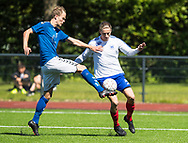 FODBOLD: Marco Holst (Jægersborg) sparker væk foran Meck Nørgaard Jensen (Herlev) under kampen i Danmarksserien mellem Herlev Fodbold og Jægersborg Boldklub den 17. juni 2017 i Herlev Park. Foto: Claus Birch