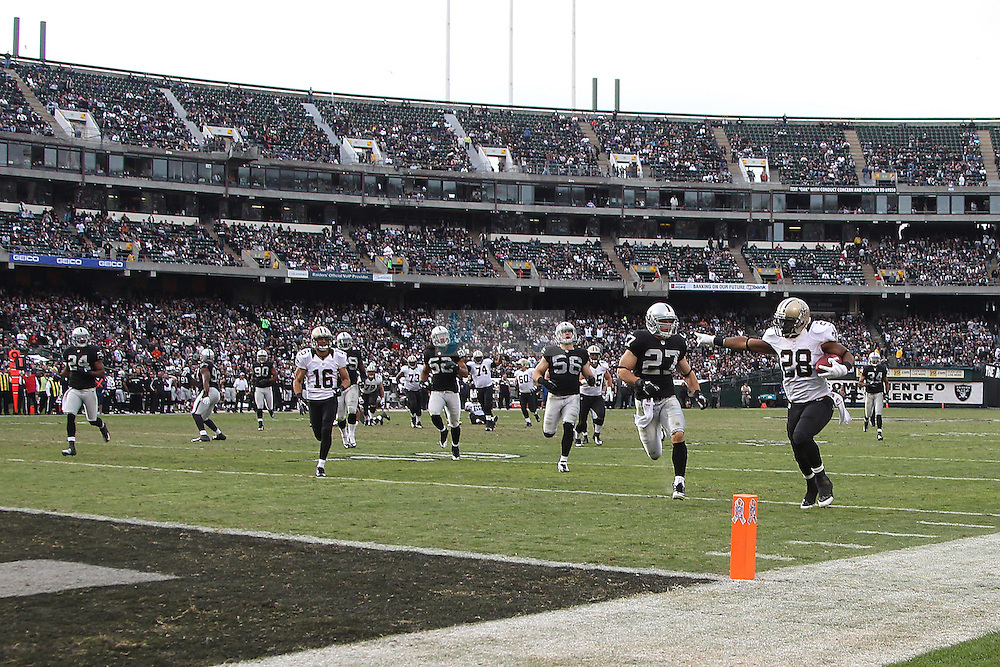 New Orleans Saints running back Mark Ingram (28) runs for a touchdown against the Oakland Raiders during an NFL game on Sunday, Nov. 18, 2012 at the Oakland Coliseum in Oakland, Ca.  (photo by Jed Jacobsohn)