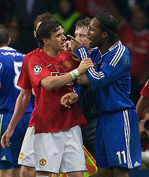 MOSCOW, RUSSIA - Wednesday, May 21, 2008: Manchester United's Owen Hargreaves fights with Chelsea's Didier Drogba players fight during the UEFA Champions League Final at the Luzhniki Stadium. (Photo by David Rawcliffe/Propaganda)