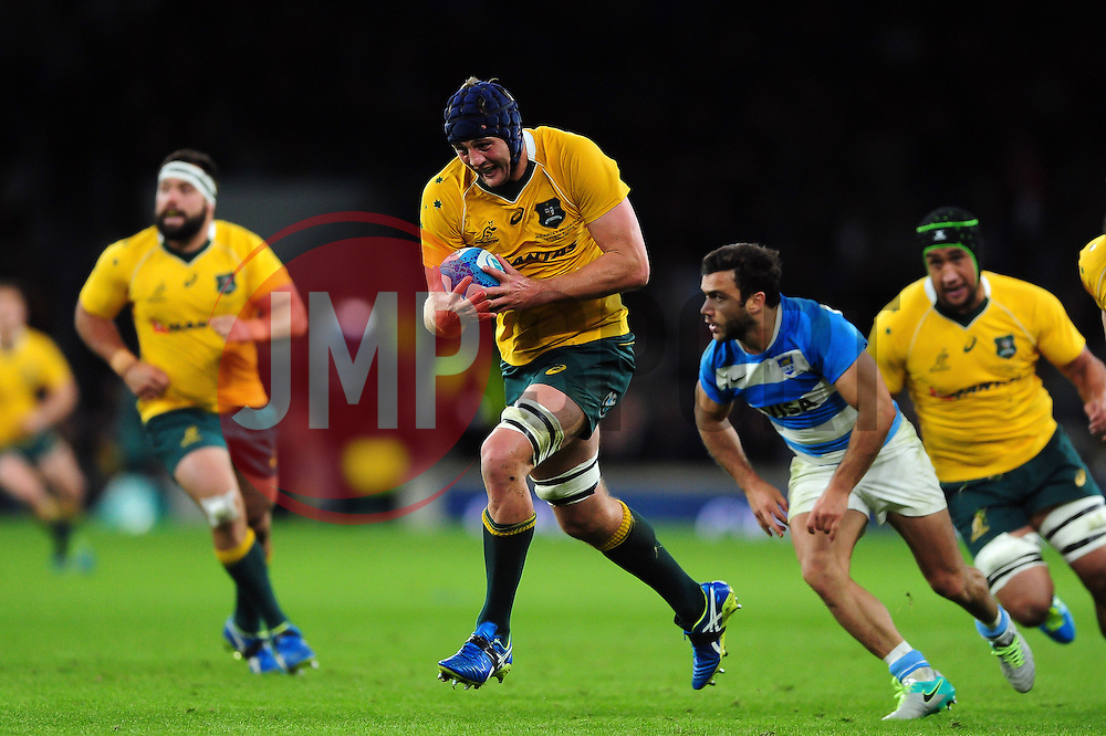 Dean Mumm of Australia goes on the attack - Mandatory byline: Patrick Khachfe/JMP - 07966 386802 - 08/10/2016 - RUGBY UNION - Twickenham Stadium - London, England - Argentina v Australia - The Rugby Championship.