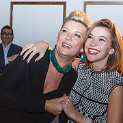 NLD/Bergen/20131114 - Boekpresentatie Saskia Noort - Debet, Saskia Noort en dochter julia Schellekens