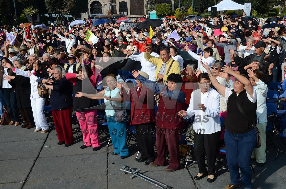 """Toluca, México.- Cientos de fieles católicos se congregaron en la Plaza de lo Mártires, realizando oración y alabanzas conformando un """"Rosario Viviente"""". Agencia MVT / Arturo Hernández S."""