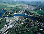 Nederland, Zuid-Holland, Giessen, 17-10-2003;  Betuweroute kruist het riviertje de Giessen door middel van de gelijknamige tunnel, linksonder de tunnel ingang; na de rivier buigt de Betuwelijn af naar de A15, richting Gorinchem; rechtboven de Beneden Merwede; goederen vervoer, infrastuctuur, verkeer; landschap; Betuwelijn (zie ook andere en eerdere (lucht) foto's van deze lokatie: camping Kale Hoeve; onderdeel van een project over infrastructuur).Foto Siebe Swart