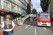 Mannheim. 30.06.17   Brand in der Innenstadt<br /> Innenstadt. N7. Brand in einer Bar.<br /> Zu einem größeren Rückstau von Lieferfahrzeugen in der Kunststraße führt derzeit ein Brand in der Mannheimer Innenstadt. Wegen der Löscharbeiten ist die Kunststraße derzeit noch gesperrt. Die Feuerwehr war am Morgen zu einer Verpuffung in einem Gastronomiebetrieb gerufen worden. Tatsächlich brannte es in der Küche. Das Feuer führte zu einer starken Rauchentwicklung. Zeitweise waren zwei Löschzüge der Berufsfeuerwehr und die Freiwillige Feuerweh Innenstadt im Einsatz. Derzeit werden die Schläuche eingerollt, die Einsatzstelle wohl in kurzer Zeit freigegeben. Bei dem Brand zogen sich drei Personen Rauchgasvergiftungen zu. Sie kamen zur Behandlung ins Krankenhaus.<br /> <br /> <br /> BILD- ID 0419  <br /> Bild: Markus Prosswitz 30JUN17 / masterpress (Bild ist honorarpflichtig - No Model Release!)